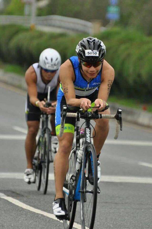 Alex+Lin+%28%E2%80%9819%29+bikes+in+a+2016+triathlon+competition+in+Taitung.+%5BPhoto+courtesy+of+Alex+Lin%5D+