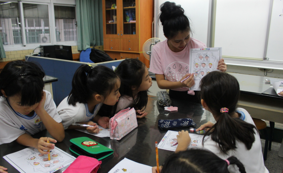 Joy T. (20) engages with her students at Yu-Nong Elementary School. [Photo Courtesy of Yu-Nong Elementary School]