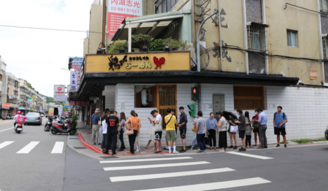 Toriyoshi-kun storefront. The long line dissipated instantaneously after the last bowl of noodle was sold. [IAN HUANG/THE BLUE & GOLD]