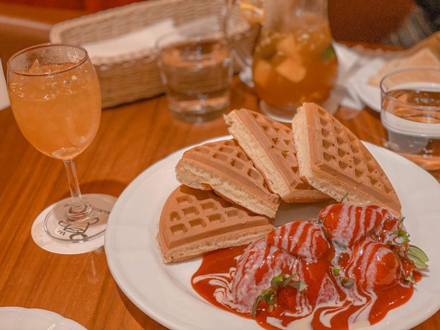Melange+Cafe%E2%80%99s+signature+Strawberry+Waffles+with+fruit+tea+on+the+side.+%5BKATHERINE+MA%2FTHE+BLUE+%26+GOLD%5D%0A