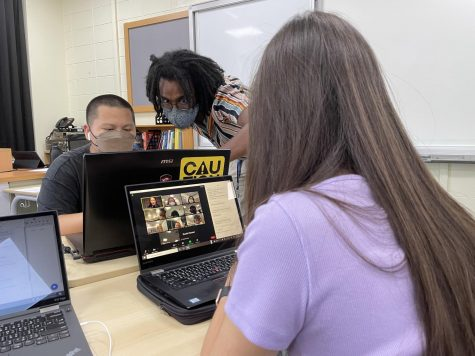 Students in Ms. Christen's Spanish class learns through Zoom. [DAPHNE WANG/THE BLUE & GOLD]